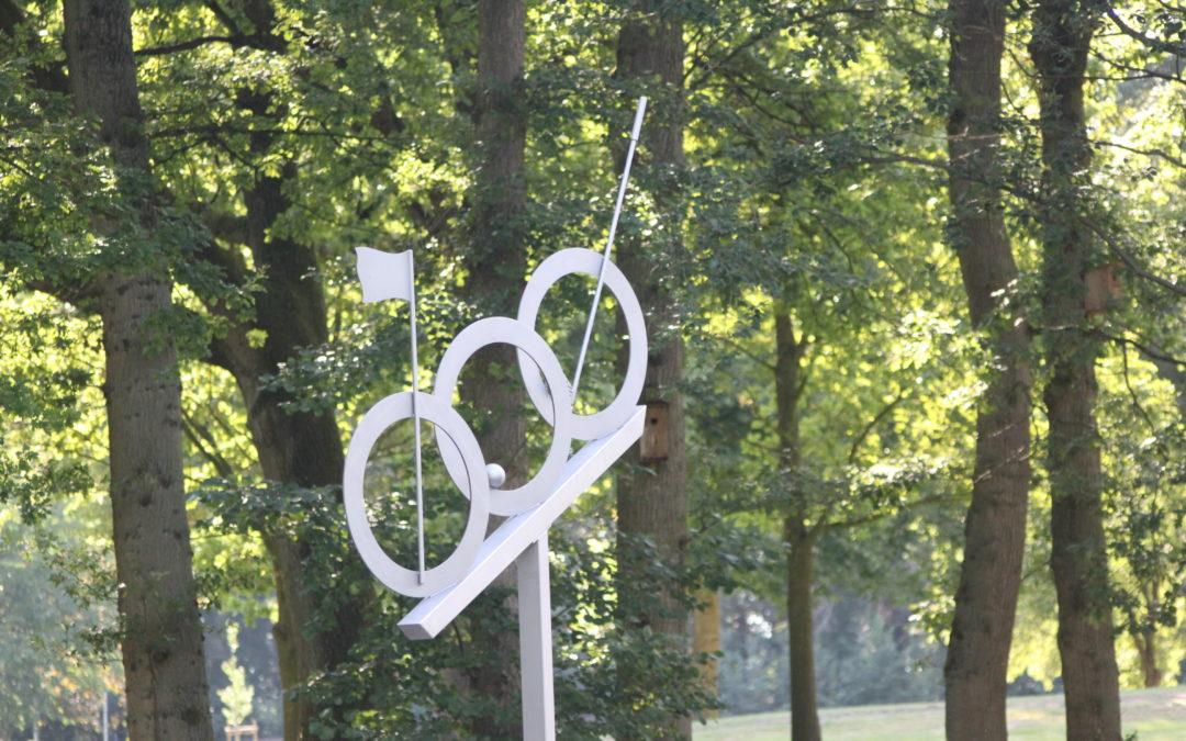 Kunst auf dem Platz: Golfclub weiht Skulptur ein Regionaler Künstler Eckhart Oesten schuf Werk aus Edelstahl
